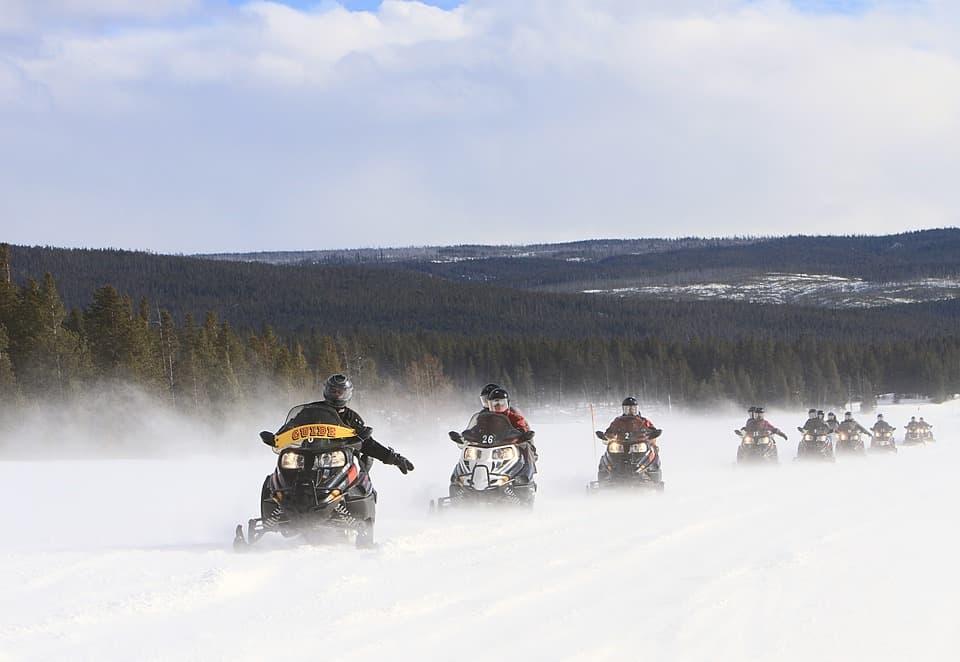 tour guidato con motoslitta paesi scandinavi