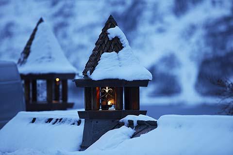 paesaggio lapponia lanterne sui tetti innevati