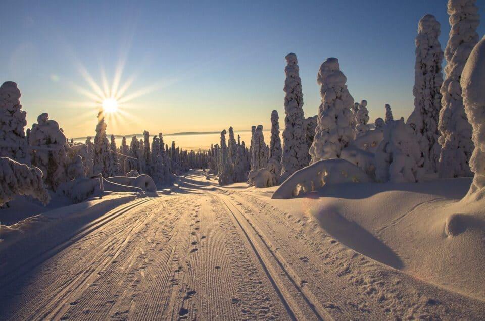 La slitta di Babbo natale nei Paesaggi di neve Nord Europa